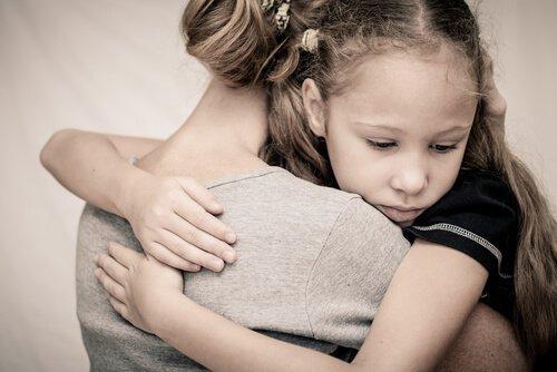 Abbraccio-madre-e-figlia-500x334